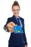 Nahaufnahme auf Kreditkarte in der Hand der lächelnden Geschäftsfrau Stockfoto