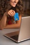 Nahaufnahme auf Kreditkarte in der Hand von Frau usign Laptop Stockfotos
