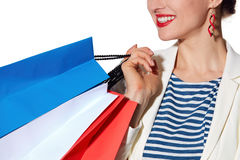 Nahaufnahme auf lächelnder Frau mit französischer Flagge färbt Einkaufstaschen lizenzfreie stockbilder