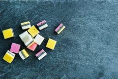 Nahaufnahme auf Lakritzsüßigkeiten auf Steinsubstrat Lizenzfreie Stockfotos