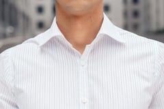 Nahaufnahme auf männlichem elegantem Hemd mit Kragen lizenzfreies stockfoto