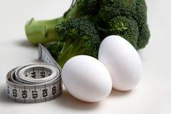 Nahaufnahme auf messendem Band und Eiern lizenzfreie stockbilder