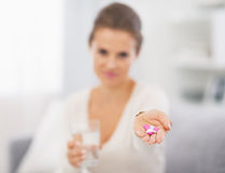 Nahaufnahme auf Pillen in der Hand der jungen Frau stockbild