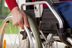 Nahaufnahme auf Rollstuhl von fähigem behindertem lizenzfreie stockfotos