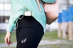 Nahaufnahme auf Smartphone in der Gesäßtasche der Jeans einer Frau, Stockbild
