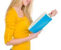 Nahaufnahme auf Studentenmädchen-Lesebuch Stockbilder
