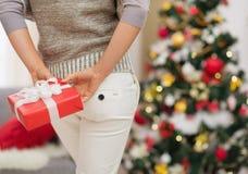 Nahaufnahme auf Weihnachtsgeschenk-Kastenholding durch Frau Lizenzfreies Stockfoto