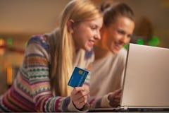 Nahaufnahme auf zwei Freundinnen, die das on-line-Einkaufen machen stockbilder
