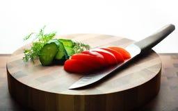 Nahaufnahme auf Zwiebel und Messer auf Schneidebrett Lizenzfreie Stockfotografie