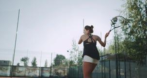 Nahaufnahme ausgerüstete Frau, die Tennis am Tennisplatz spielt Zeitlupen stock video