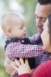 Nahaufnahme-Baby, das einen Moment mit Mutter und Vater Outdoors hat Stockbilder