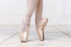 Nahaufnahme-Beine der jungen Ballerina Stockfotos