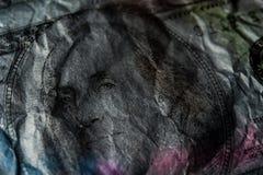 Nahaufnahme Benjamin Franklin auf dem abstrakten Hintergrund der 100-Dollar-Schmutzkunst Dunkel, düster, zerknittert lizenzfreie stockbilder