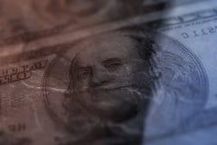 Nahaufnahme Benjamin Franklin auf dem abstrakten Hintergrund der 100-Dollar-Schmutzkunst Dunkel, düster, zerknittert lizenzfreie stockfotos