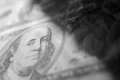 Nahaufnahme Benjamin Franklin auf dem abstrakten Hintergrund der 100-Dollar-Schmutzkunst Dunkel, düster, zerknittert lizenzfreie stockfotografie