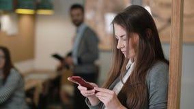 Nahaufnahme benutzt junge attraktive Brunettegeschäftsfrau eine Tablette des Bildschirm- im modernen Startbüroteam an dem Arbeits Stockbilder