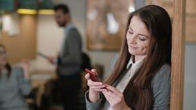 Nahaufnahme benutzt junge attraktive Brunettegeschäftsfrau eine Tablette des Bildschirm- im modernen Startbüroteam an dem Arbeits Lizenzfreie Stockbilder