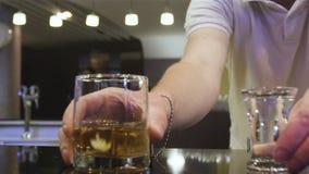 Nahaufnahme-Berufskellner Serves Alcohol Drinks im modernen Café stock video footage