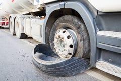Nahaufnahme beschädigte 18 LKW-Explosionsreifen des Geschäftemachers halb durch Landstraßenstr Stockfotos