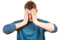 Nahaufnahme betonte Mann hält Kopf mit den Händen Stockfotografie