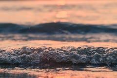 Nahaufnahme bewegt in den Sonnenuntergang wellenartig lizenzfreie stockfotografie