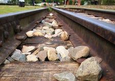 Nahaufnahme-Bild von zwei Schienensträngen stockfotografie