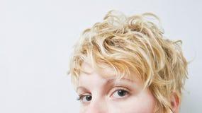 Nahaufnahme-blonder Mädchen-Kopf - gelocktes Haar Stockfotos