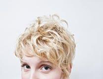 Nahaufnahme-blonder Mädchen-Kopf - gelocktes Haar Stockbilder