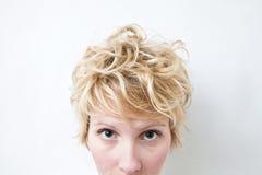 Nahaufnahme-blonder Mädchen-Kopf - gelocktes Haar Stockfoto