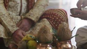 Nahaufnahme-Bräutigam in traditionellem verziertem Orient-Kostüm stock video