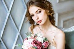 Nahaufnahme Brunettebraut mit Modehochzeitsfrisur und -make-up Stockfotos