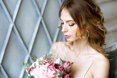 Nahaufnahme Brunettebraut mit Modehochzeitsfrisur und -make-up Lizenzfreies Stockfoto