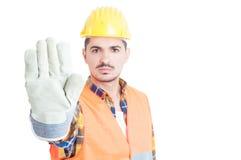 Nahaufnahme conctructor Hand mit dem Handschuh, der Stoppschild macht Stockbild