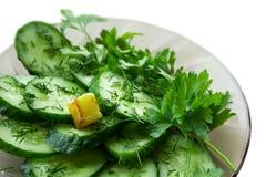 Nahaufnahme cucamber Salat auf Weiß Stockfotografie
