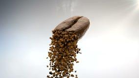 Nahaufnahme 3D cgi-Video des heißen Röstkaffeebohnenfliegens in einer Luft und des Zerbröckelns in den Stücken Instantkaffeestaub stock footage