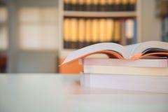 Nahaufnahme das Buch auf Tabelle in der Bibliothek Stockfoto