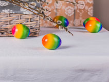 Nahaufnahme-dekorative Ostereier und Weidenniederlassung Stockfoto