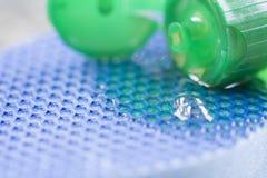 Nahaufnahme der Abwaschflüssigkeit und -schwammes Lizenzfreies Stockbild