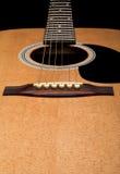 Nahaufnahme der Akustikgitarre, Fokus auf Brücke Stockfotografie