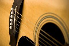 Nahaufnahme der Akustikgitarre und der Zeichenketten Stockbilder
