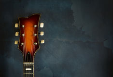 Nahaufnahme der alten elektrischen Jazzgitarre des Spindelkastens stockfotografie