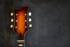 Nahaufnahme der alten elektrischen Jazzgitarre des Spindelkastens lizenzfreie stockfotos