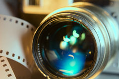 Nahaufnahme der alten Fotokamera mit metallischer Farbe Nehmen Sie 35 Millimeter Bewegungen auf Stockfotos