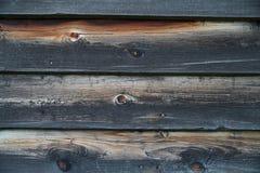 Nahaufnahme der alten gebrannten verwitterten hölzernen Planken Stockfoto