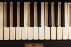 Nahaufnahme der alten Klaviertastatur, Draufsicht, weiches Tonen Hintergrund mit antikem Klavier lizenzfreie stockfotos