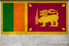 Nahaufnahme der alten Metallwand mit Staatsflagge stock abbildung