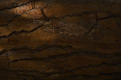 Nahaufnahme der alten steinigen gebrochenen Wand in der Dunkelheit Stockfoto