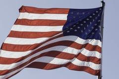 Nahaufnahme der amerikanischen Flagge mit blauem Hintergrund Lizenzfreie Stockfotografie