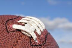 Nahaufnahme der amerikanischer Fußball-Beschaffenheit und der Spitzee Stockfotografie