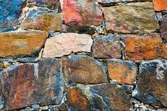 Nahaufnahme der antiken Steinwand Alte Felsenoberfläche einer mittelalterlichen Festung Natürliches Muster der Nahaufnahme Lizenzfreies Stockfoto